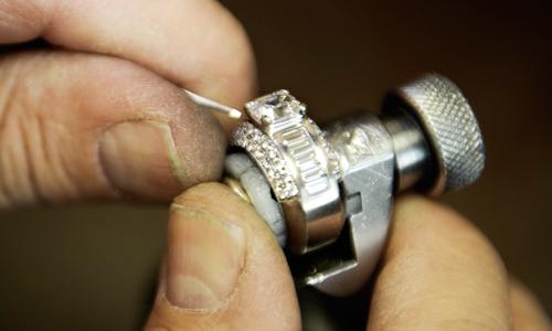 Kaplans Försäkringsservice hjälper till med reparationer av både klockor  och smycken. Smycken skickas till Kaplans Guldsmedsverkstad och klockor  till ... 772ac65c824f4