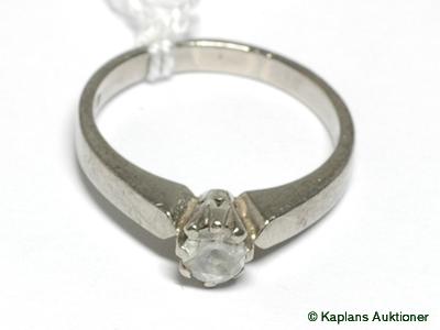 1 Ring med vit sten,