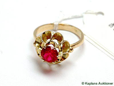 1 Ring med röd sten,